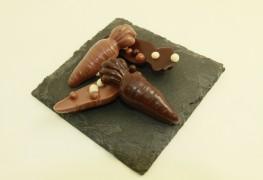 Chocolat au lait ou chocolat noir agrémenté de petites perles de céréales enrobées de chocolat (la forme du chocolat change selon la saison).
