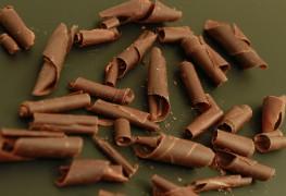 copeaux découpés dans un bloc de chocolat noir