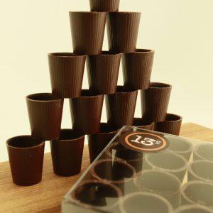 Petites coupes faites de chocolat noir idéales pour déguster un Porto.